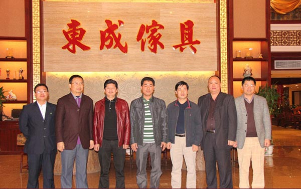 中山客家商会会长李金东(右四)和常务副会长们一行莅临东成展厅参观指导,并与总经理张锡复(右三)合影留念