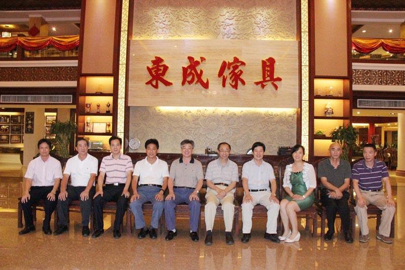 中国社科院副院长朱佳木莅临东成红木