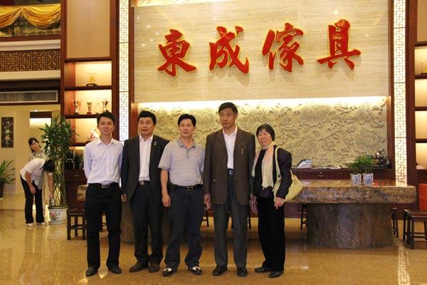 2011红木家具行业总评榜专家莅临东成指导