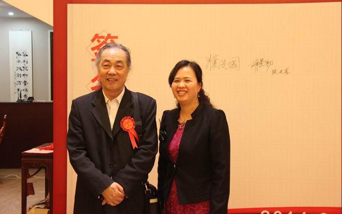 著名明清家具专家和工艺美术学者,中国红木家具研究院院长濮安国(左)