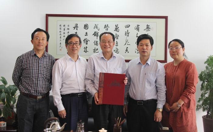 华南农业大学校长陈晓阳(中)